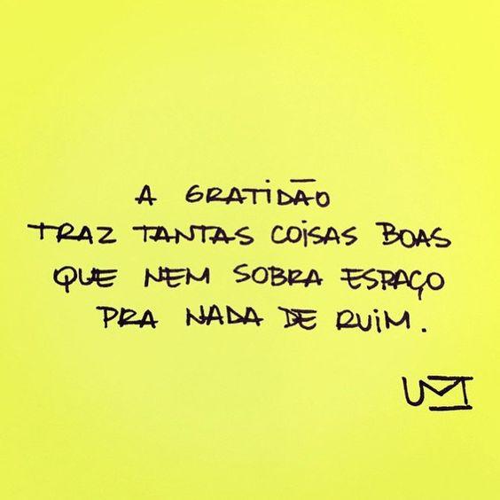 Imagem amarela com a seguinte frase escrita: A gratidão traz tantas coisas boas que nem sobra espaço para nada de ruim.