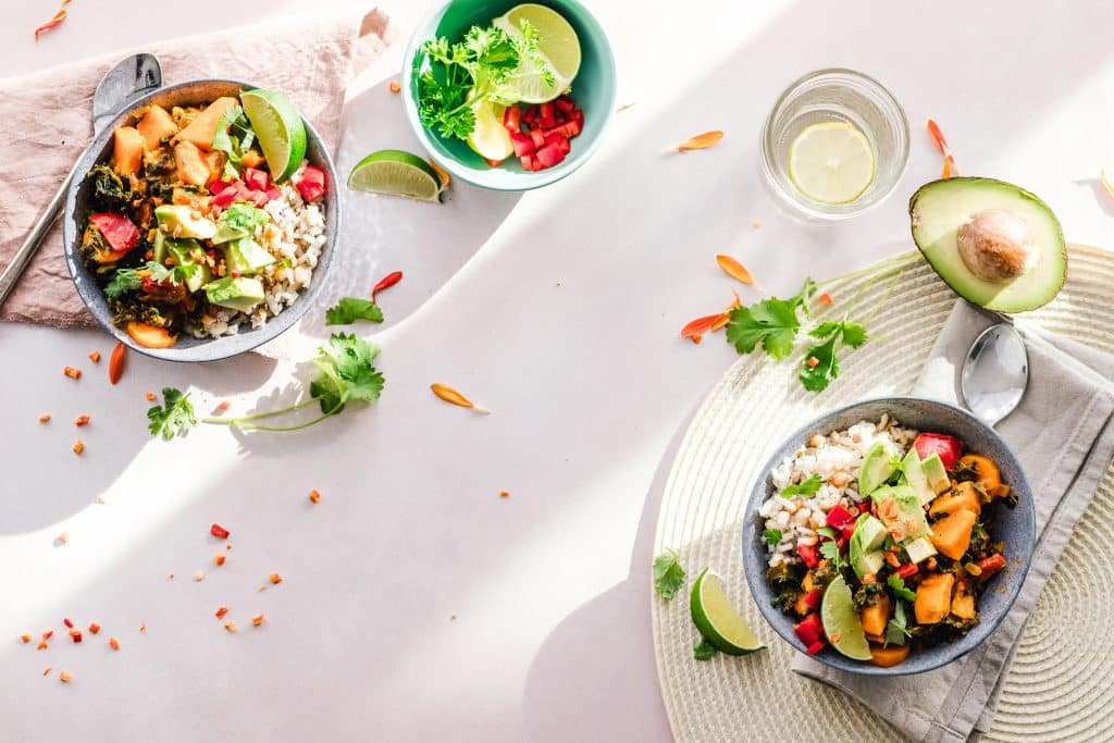 Pratos na mesa com alimentos saudáveis