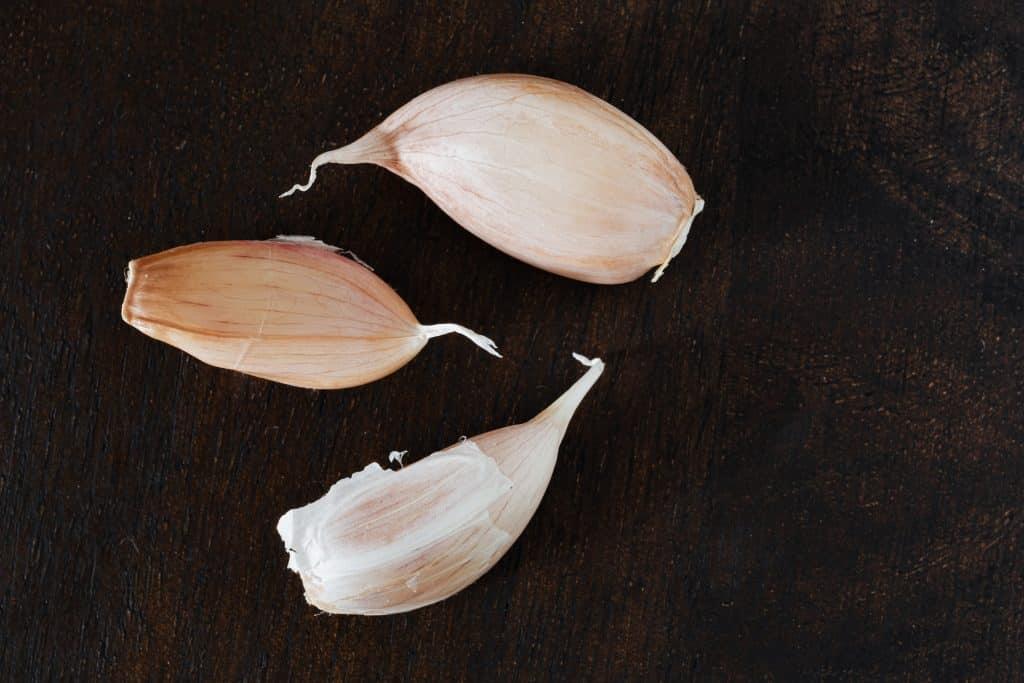 Dentes de alhos na mesa
