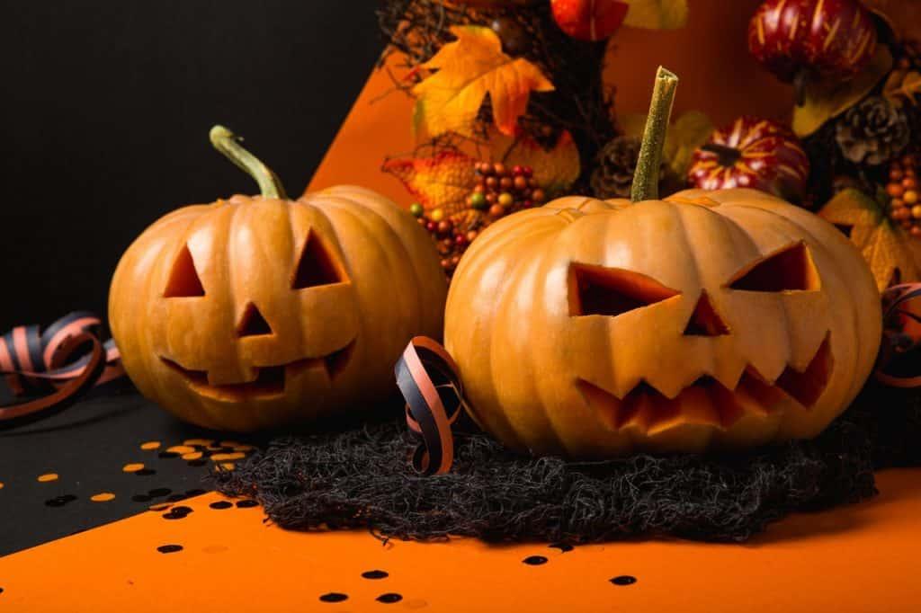 Duas abóboras de Halloween lado a lado.