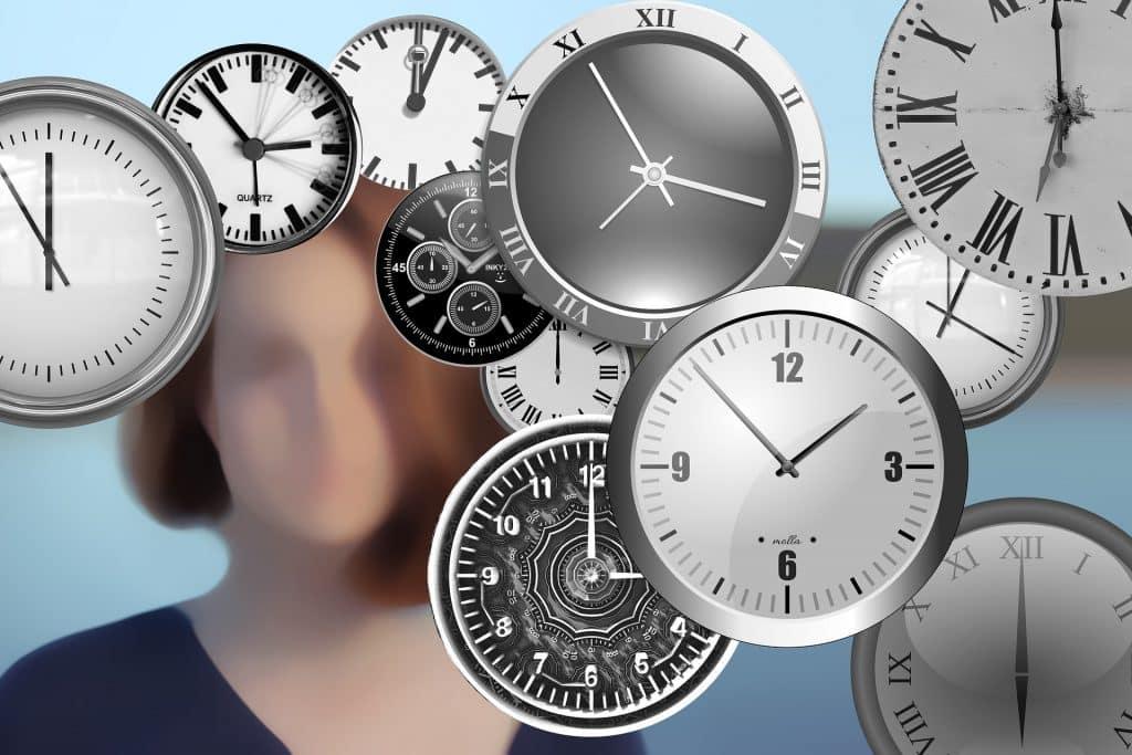 Ilustração de uma mulher atrás de vários relógios fluturantes.
