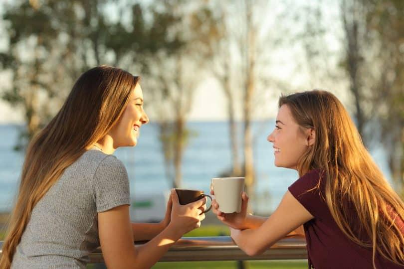 Garotas conversando tomando café