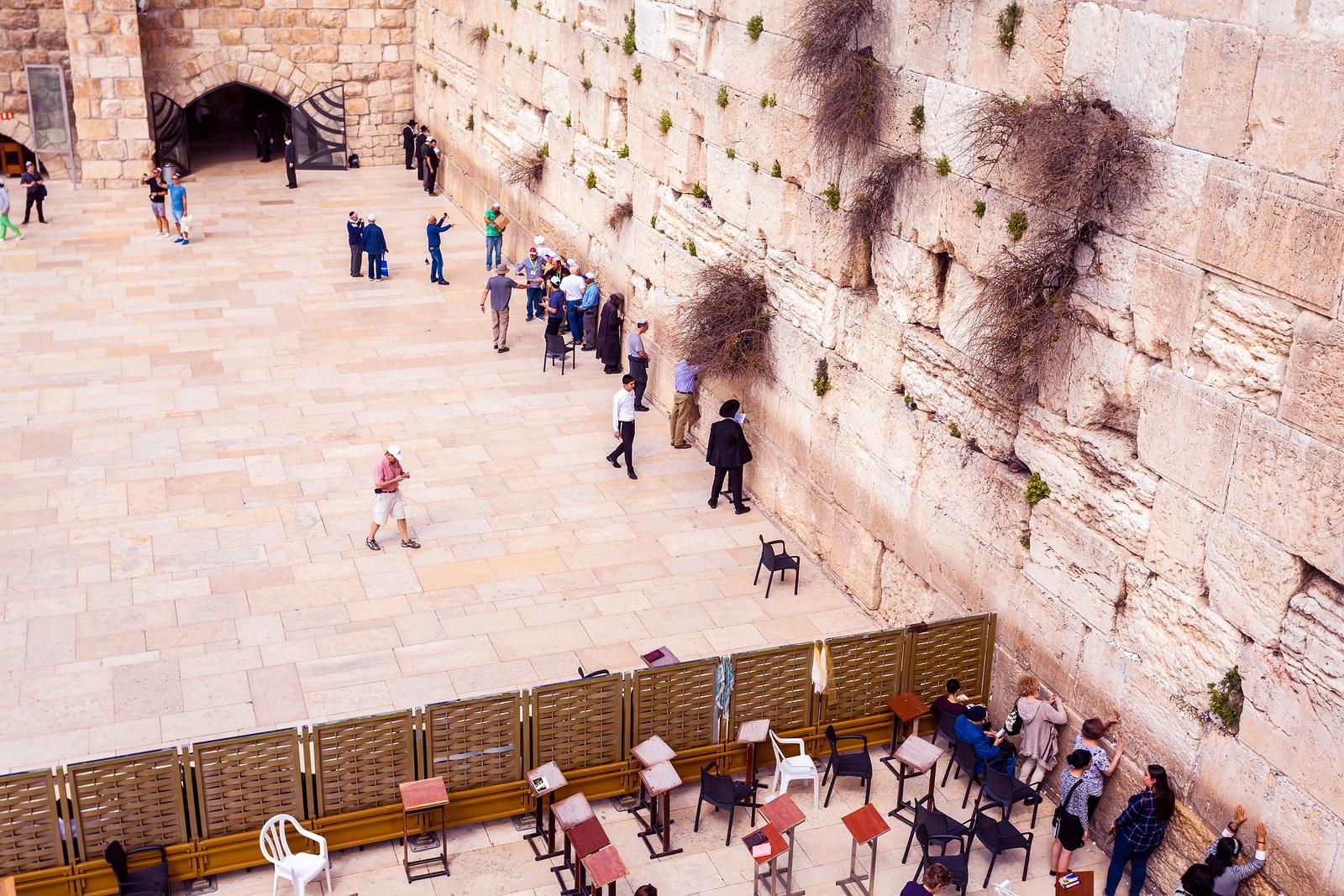 Área com turistas orando no Muro das Lamentações em Jerusalém, Israel.