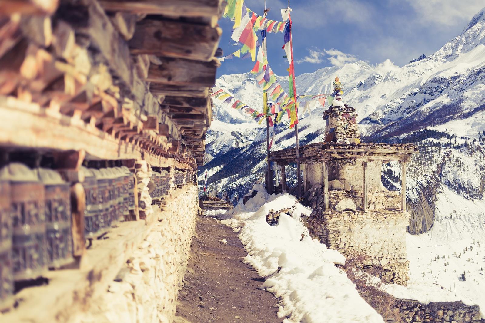Vista do templo de orações nas montanhas do Himalaia, na vila do Nepal.