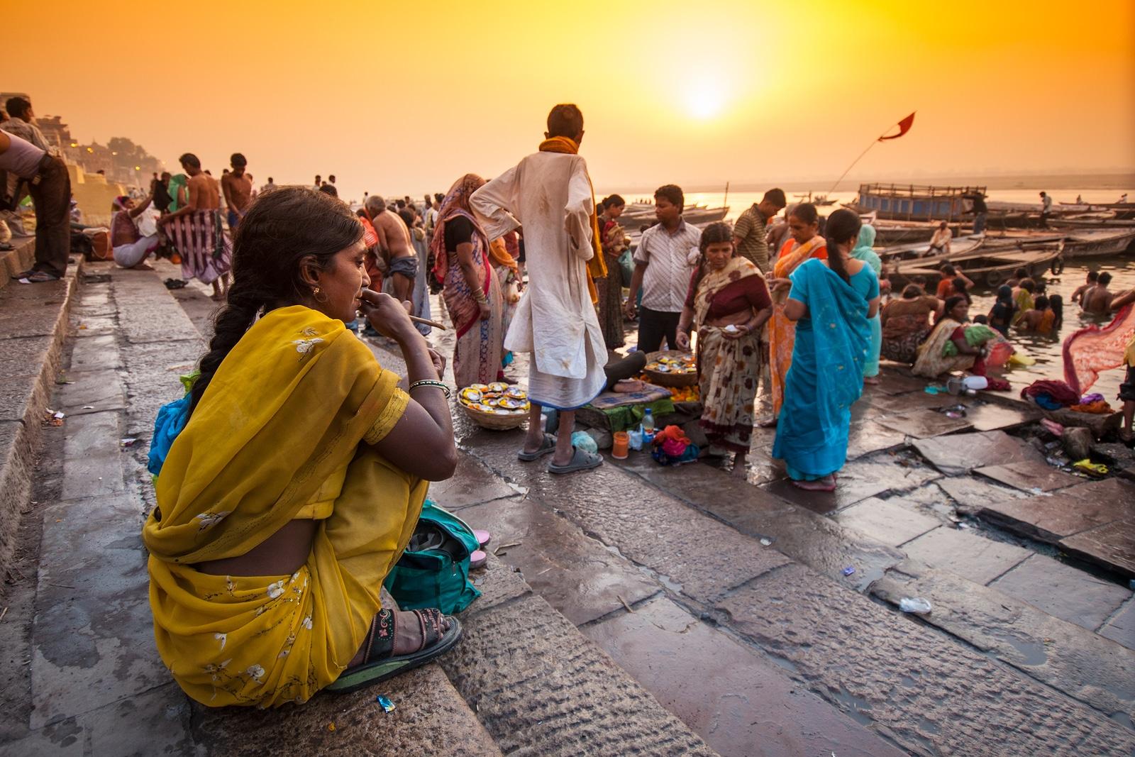 VARANASI, INDIA - 18 de abril de 2010. Grupo de indianos locais em sua rotina matinal, à beira do rio Ganga (o rio mais sagrado das culturas indiana e hindu).