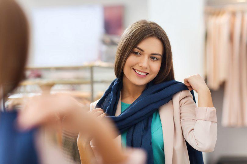 Mulher em uma loja de roupas, fazendo compras.