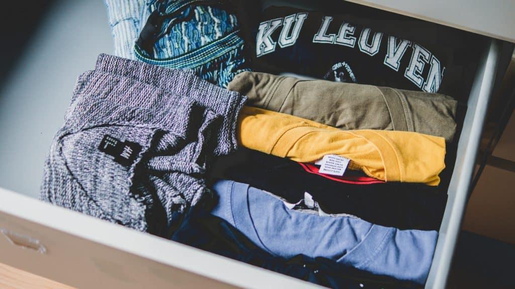 Gaveta com roupas dobradas