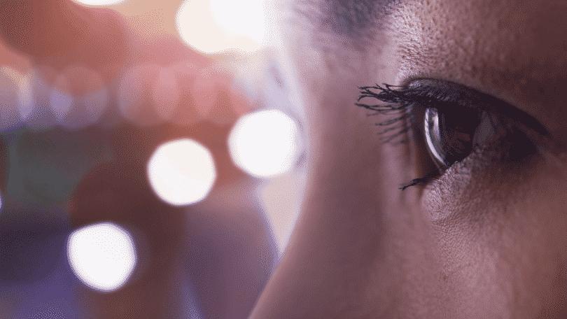 Olhos de uma pessoa sensitiva olhando para o horizonte