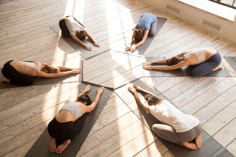 Mulheres praticando yoga.