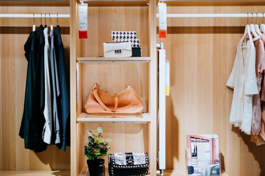 Foto de um closet organizado, com divisões entre os espaços de roupas e acessórios.