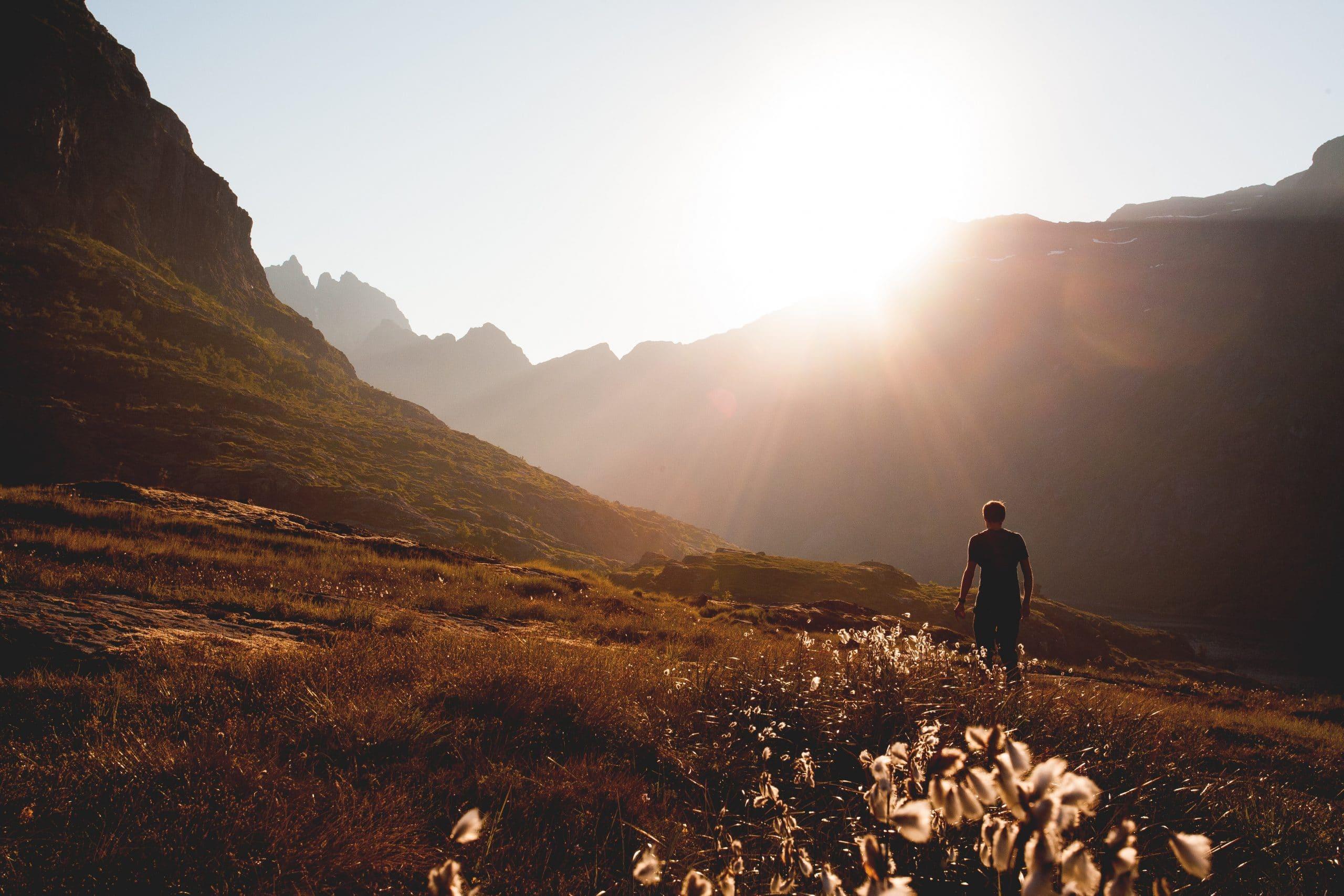 Homem de costas caminhando em montanha