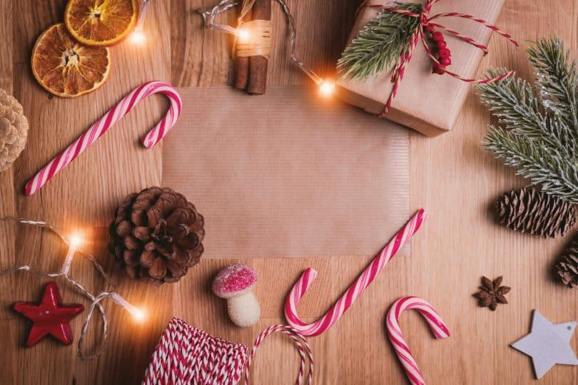 Mesa com itens de decoração de natal