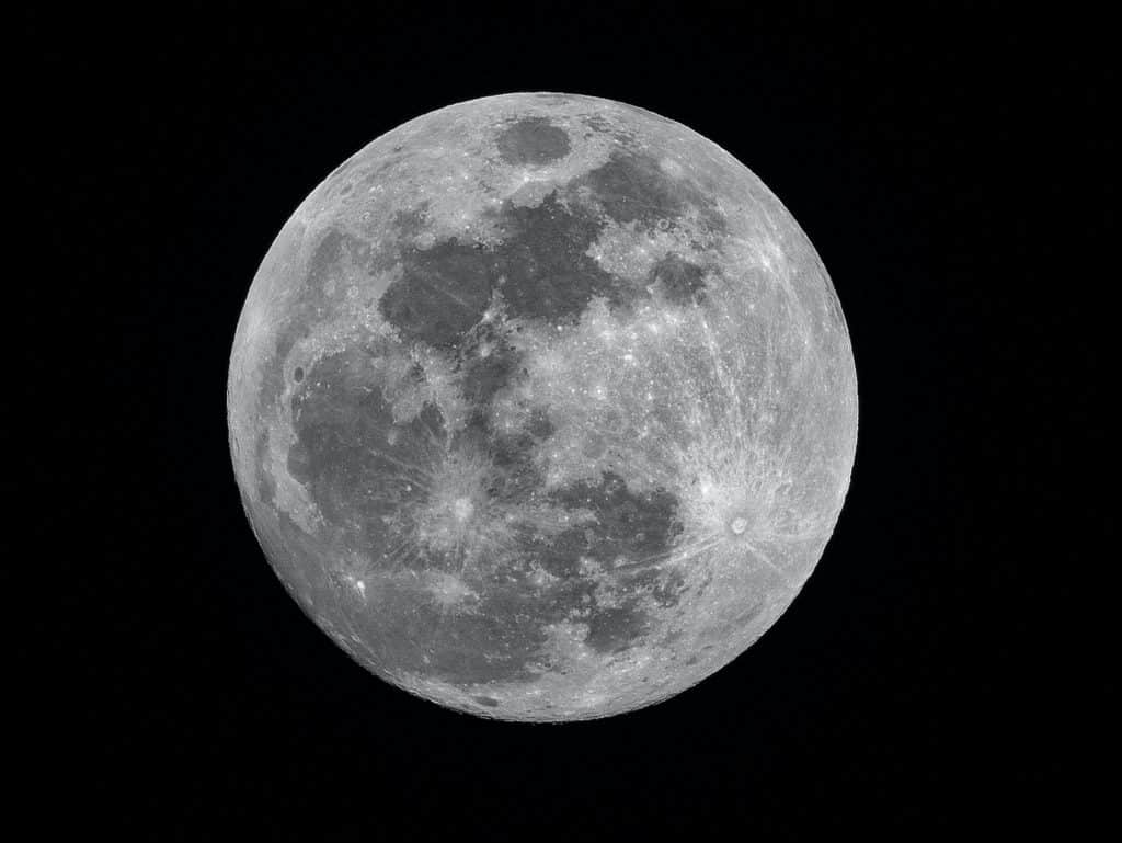Lua cheia no céu aparecendo seus detalhes