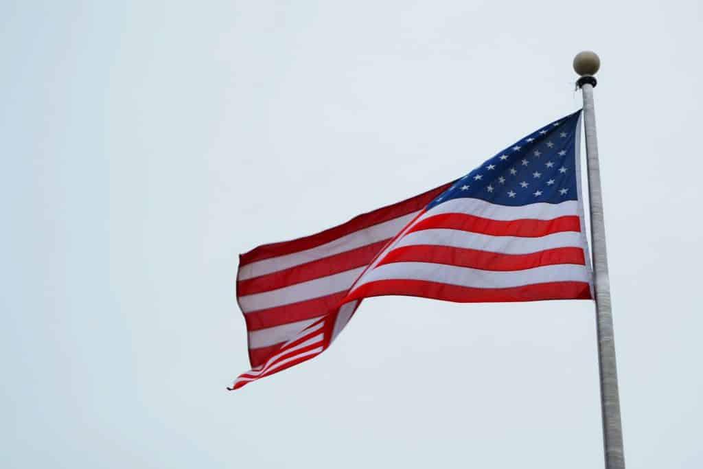 Bandeira se mexendo devido ao vento