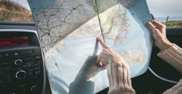 Mulher em um carro segurando um mapa