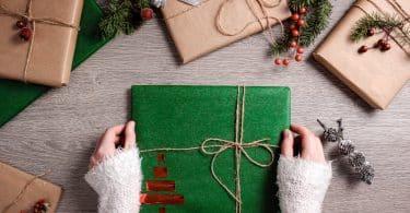 Mulher segurando presente em uma embalagem de Natal