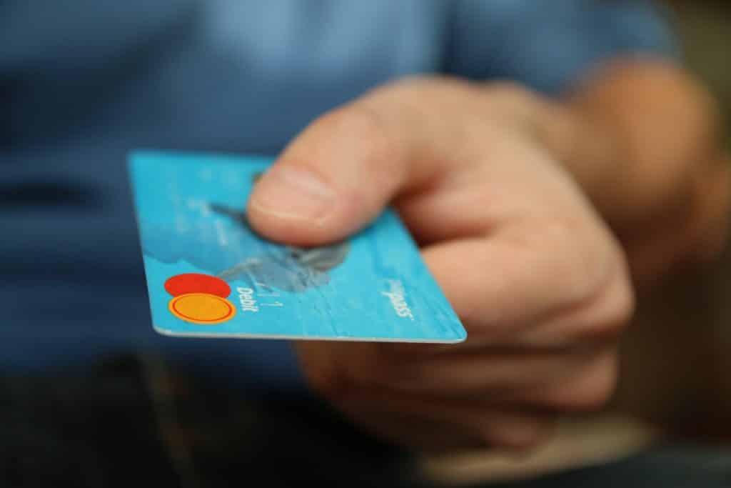 Homem segurando um cartão de compras