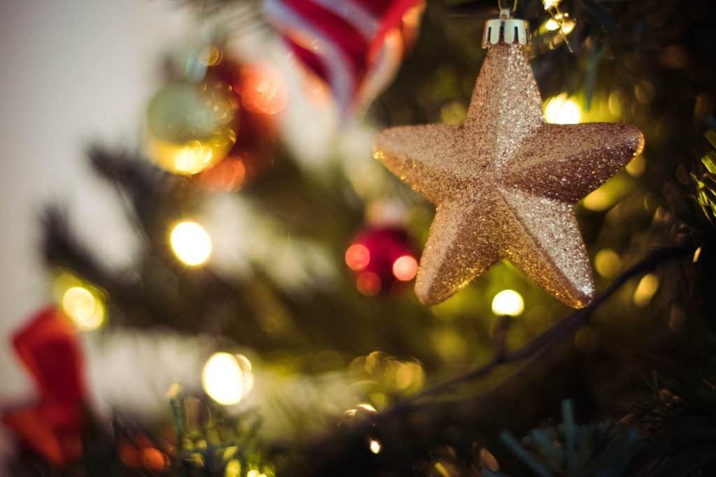 Enfeite de estrela na árvore de natal