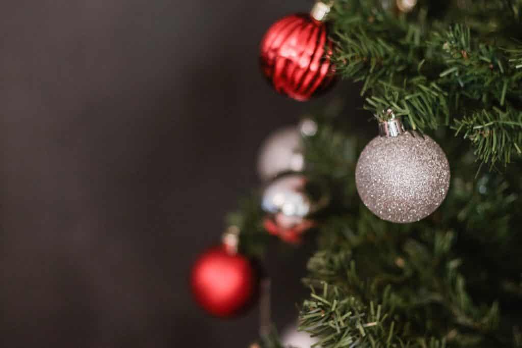 Árvore de natal com enfeites em formatos de bolinhas com brilho