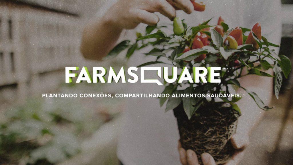 Homem segurando uma muda de pé de pimenta. Na imagem está escrito: Farmsquare. Plantando conexões, compartilhando alimentos saudáveis.