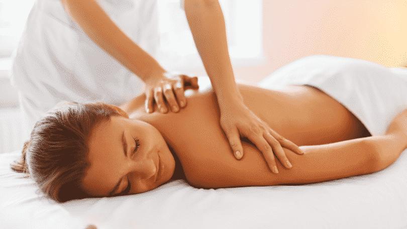 Imagem de uma pessoa recebendo massagem