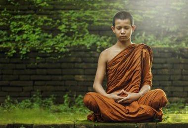 Monge meditando em um gramado