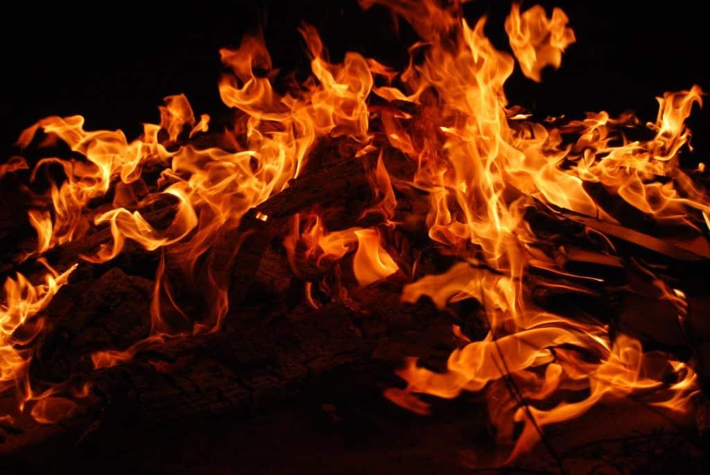Foto de uma fogueira acesa durante a noite
