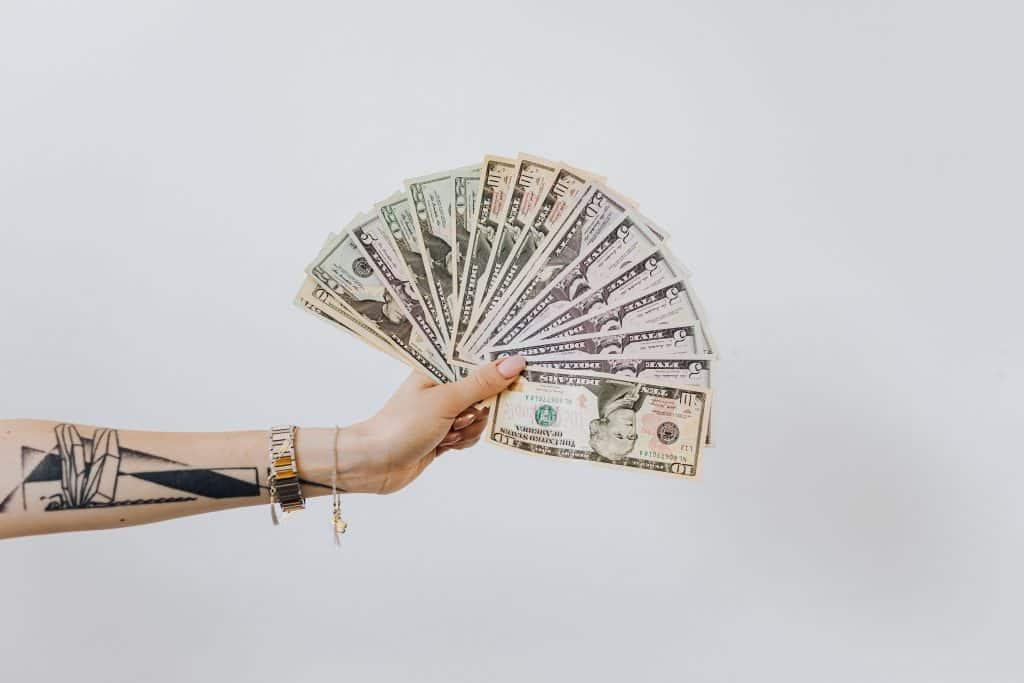 Pessoa segurando notas de dinheiro