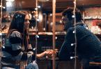 Casal conversando em encontro