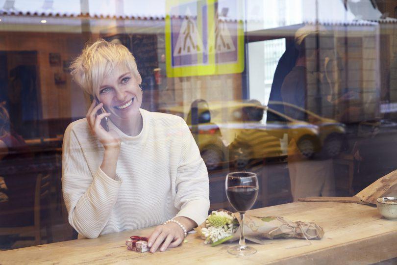 Mulher loira em um café.