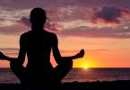 Silhueta de mulher meditando na praia