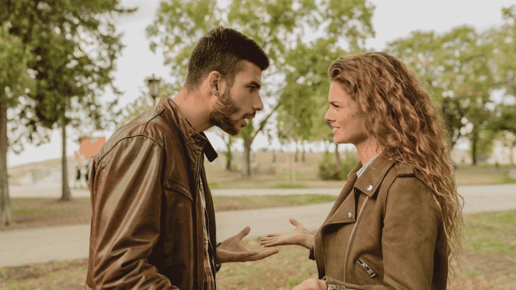 Casal discutindo no parque