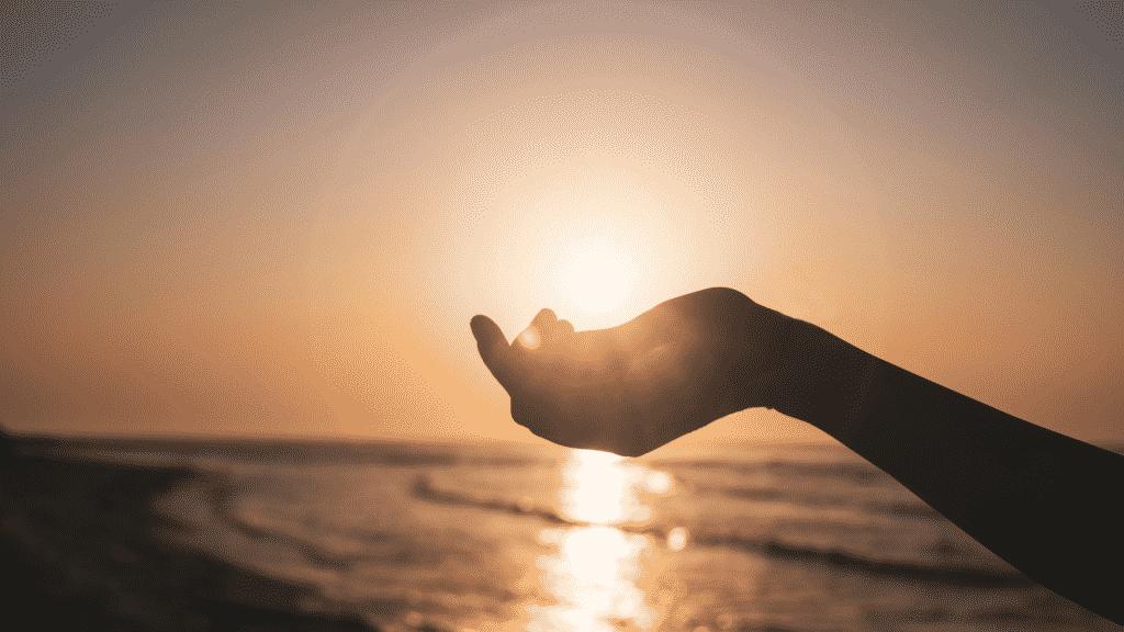 Silhueta de mão no horizonte