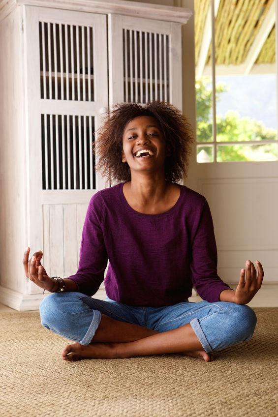 Mulher em posição de meditação