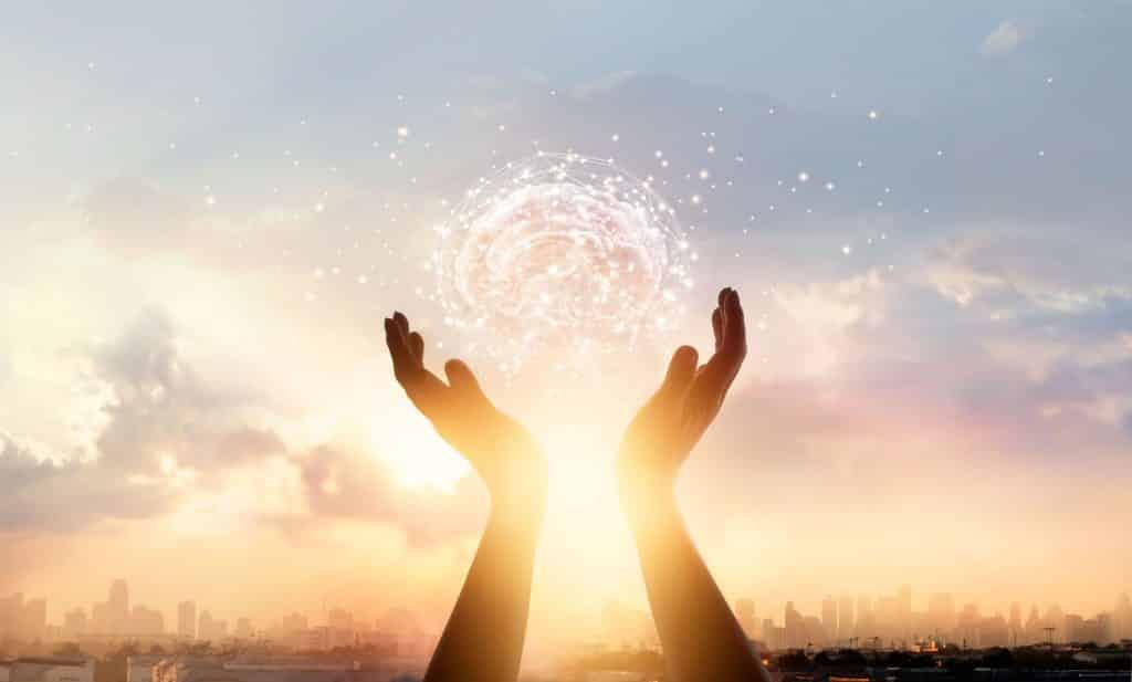 Mãos tocando cérebro digital na direção do céu