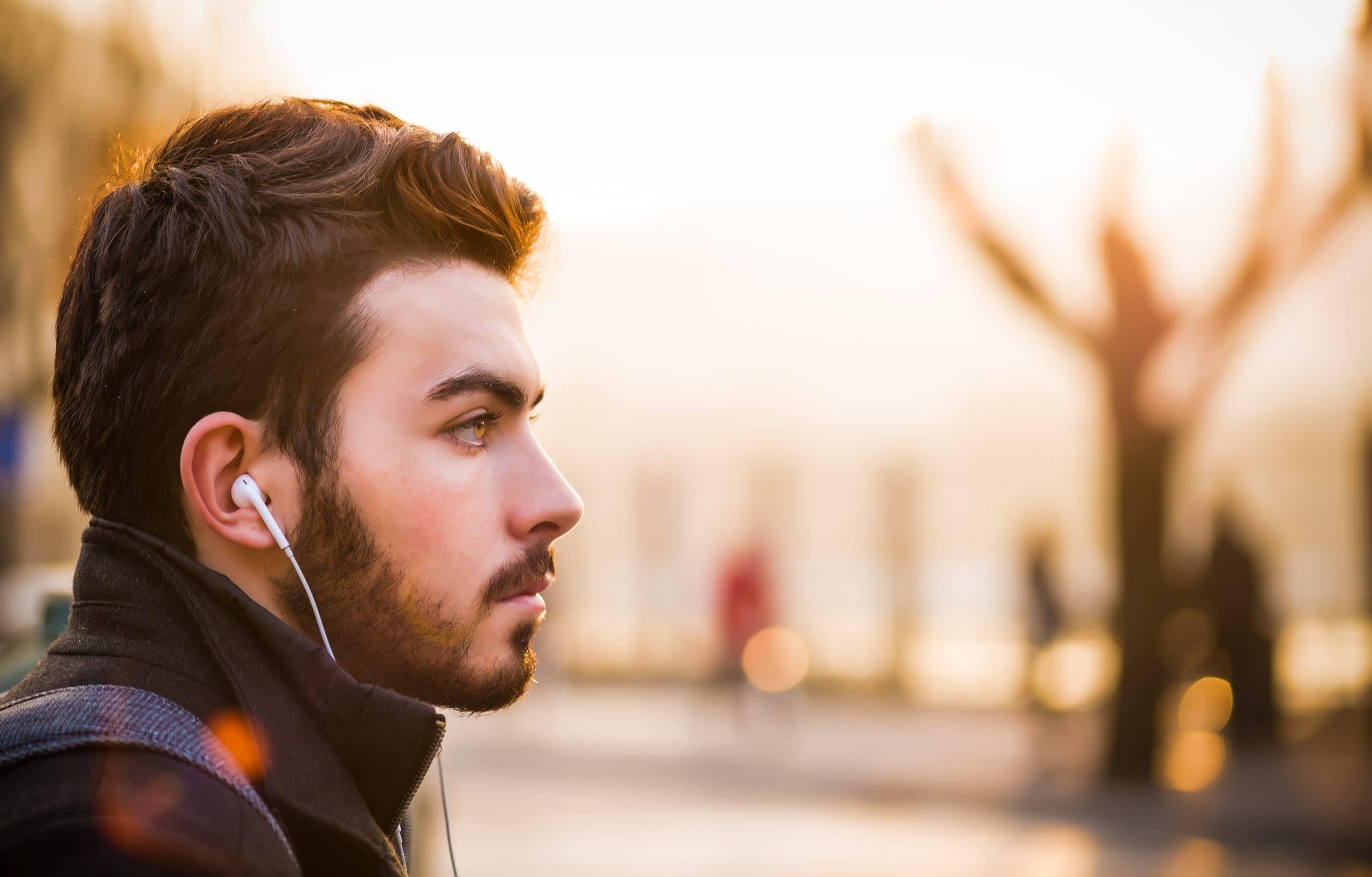 Homem de lado com fone de ouvido