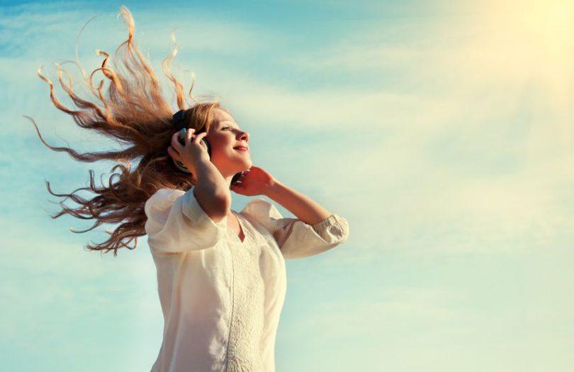 Mulher ouvindo música.
