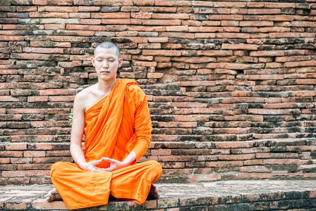 Monge meditando em um templo