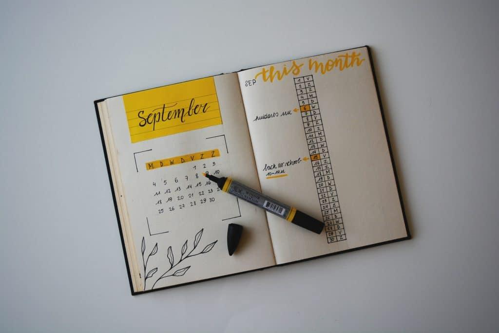 Agenda com uma caneta