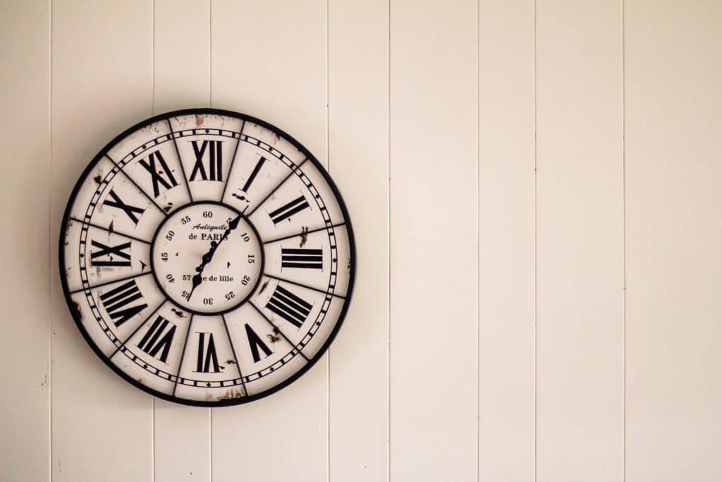 Relógio pendurado na parede