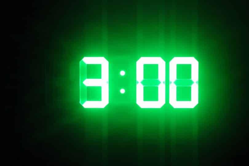 Relógio digital mostra o horário das três horas.