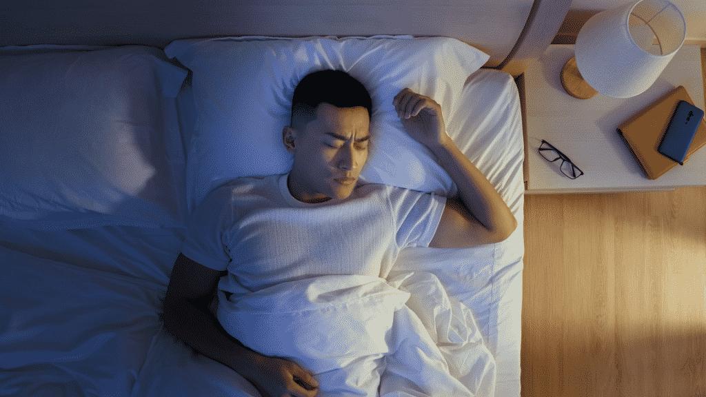 Homem dormindo na cama