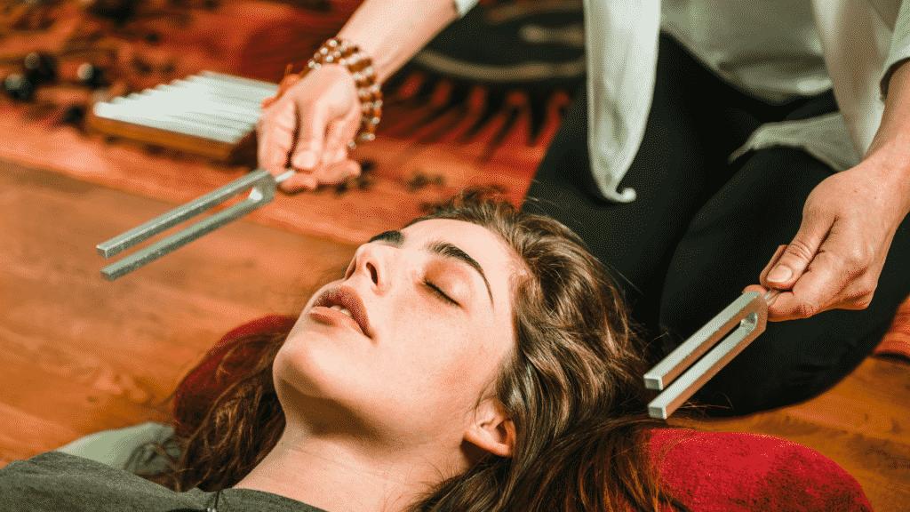 Mulher fazendo musicoterapia
