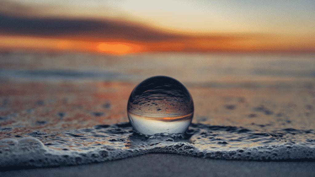 Globo transparente na praia durante o pôr-do-sol