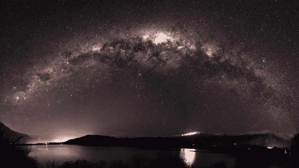Galáxia espelhada no céu estrelado