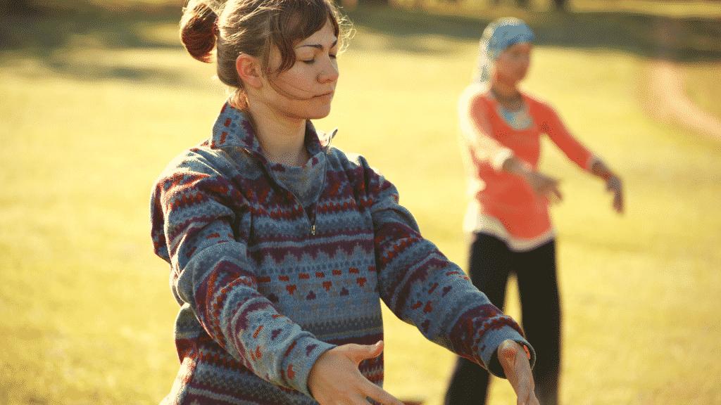 Mulher praticando Qigong