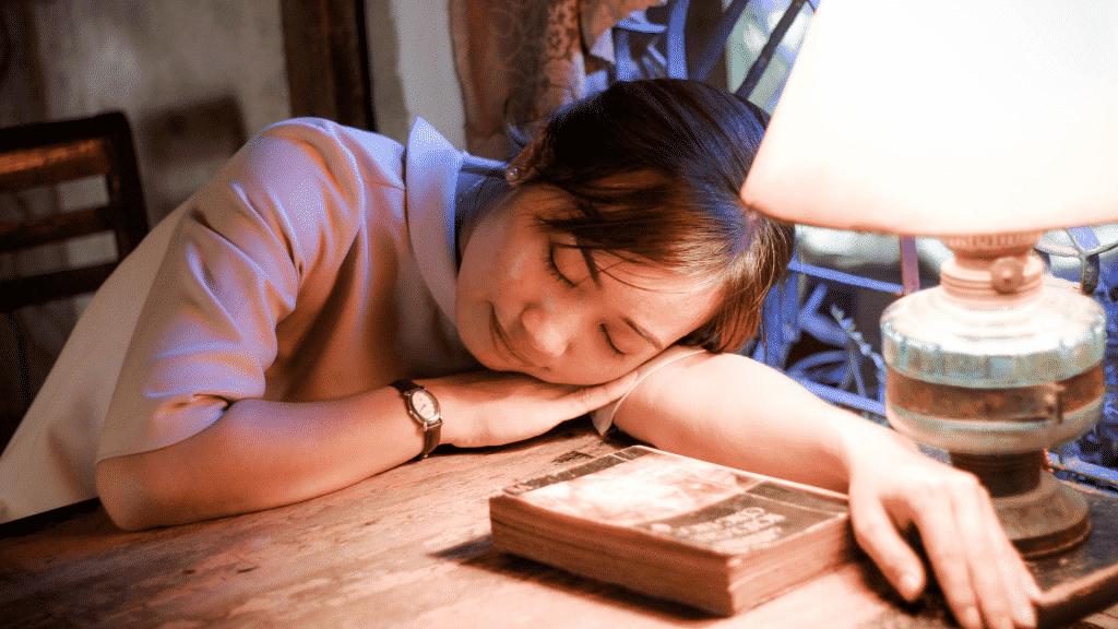 Mulher dormindo na mesa