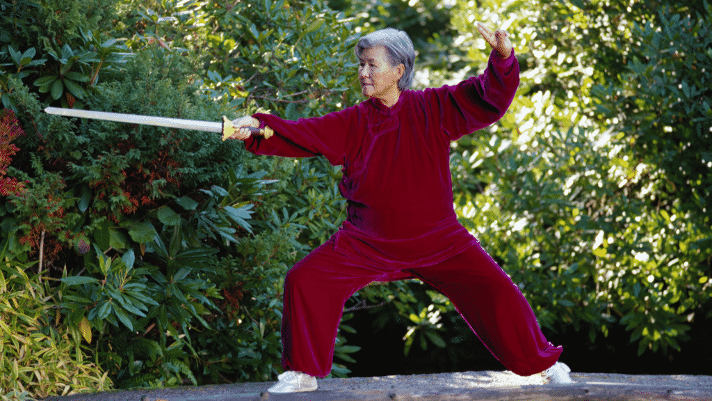 Idosa praticando Tai Chi Chuan