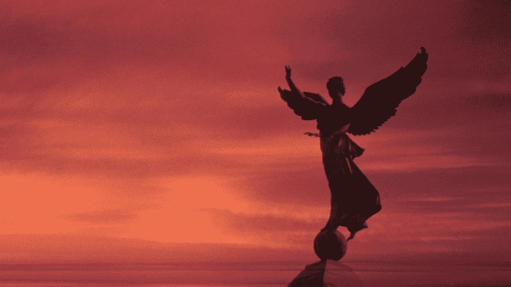 Silhueta de estátua de anjo durante por do sol