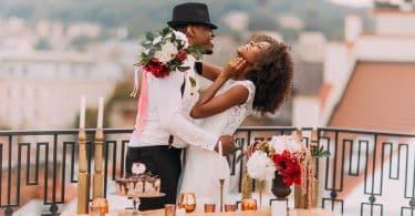Homem e mulher negros celebrando casamento.